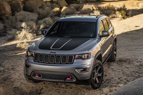 the grand cherokee trailhawk is the perfect blend of posh. Black Bedroom Furniture Sets. Home Design Ideas
